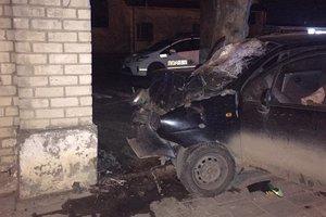 Во Львове парень на иномарке протаранил забор ликеро-водочного завода