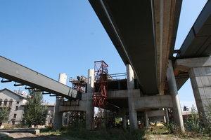 В Киеве юная парочка свалилась с недостроенного моста