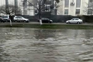 В Киеве на Борщаговской снова прорвало трубу с холодной водой