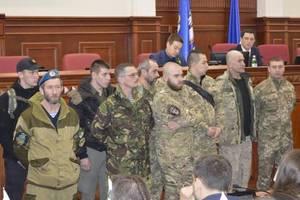 """Военные с """"боем"""" ворвались в Киевраду"""