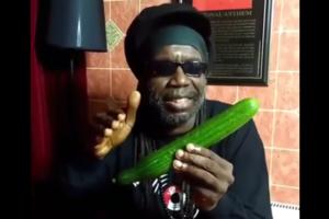 Ямаец спел песню о пользе огурцов и стал звездой соцсети