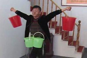 В Китае мужчина поднимает ведра с водой с помощью век