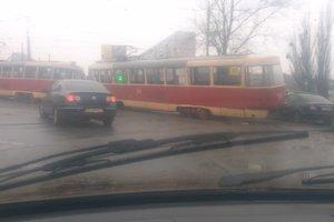 В Харькове трамвай сошел с рельсов и заблокировал движение