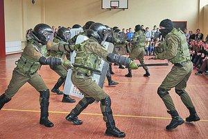 В Харькове курсанты зазывают выпускников боем и дефиле