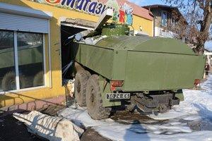В Николаеве армейский бензовоз с отказавшими тормозами протаранил два магазина, погиб человек