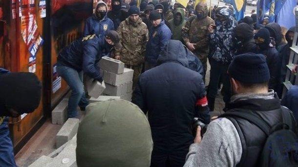 Радикалы атаковали сберегательный банк вТернополе