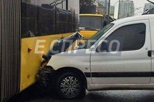 В Киеве пьяный лихач протаранил маршрутку, BMW и троллейбус