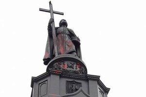 В Киеве вандалы облили красной краской памятник князю Владимиру