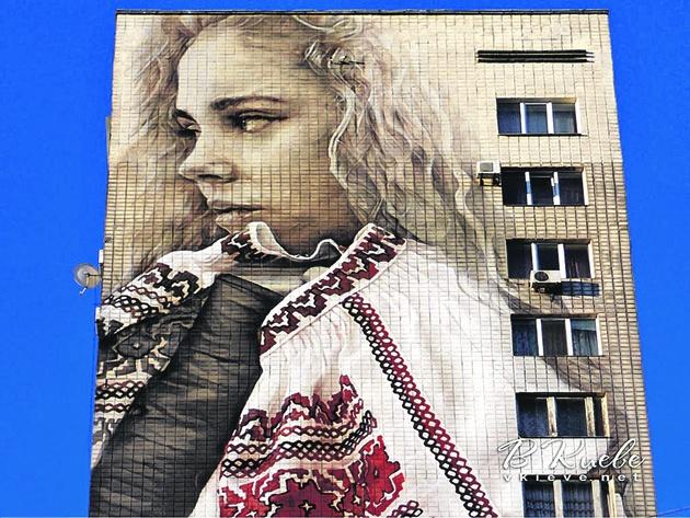 devushka-v-vyshivanke-na-bulvare-lesi-ukrainki-01_