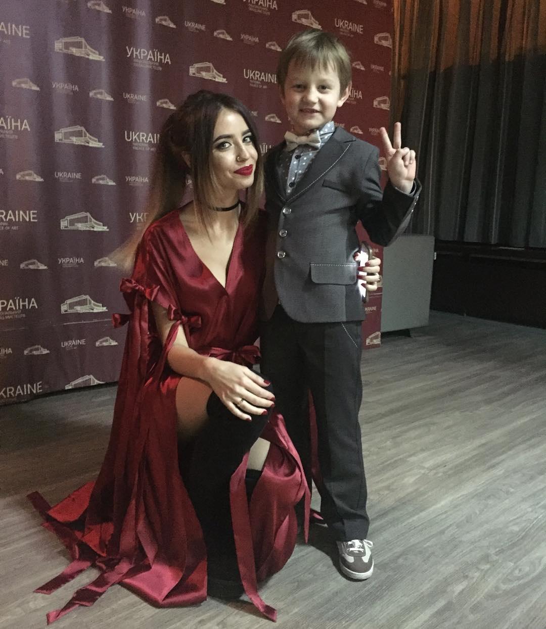 шикарная женщина с сыном