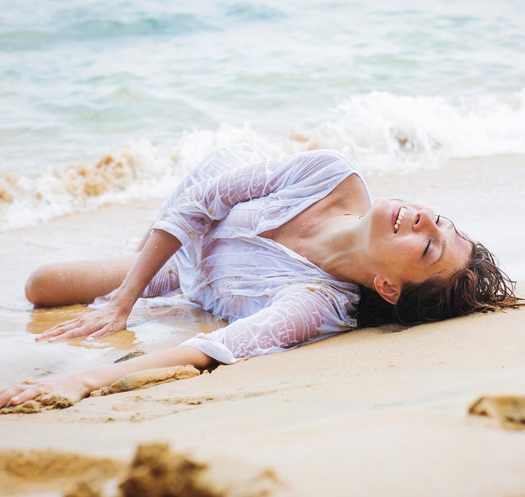 Красивая Елена разделась на берегу моря