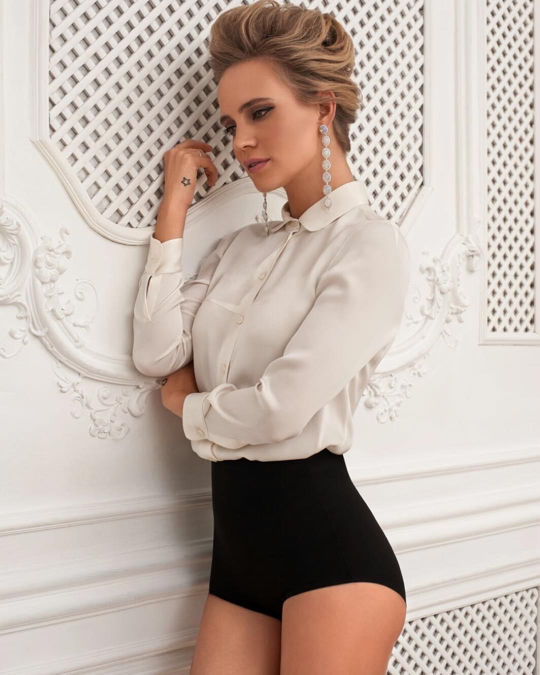 Фото белые трусвы под юбкой