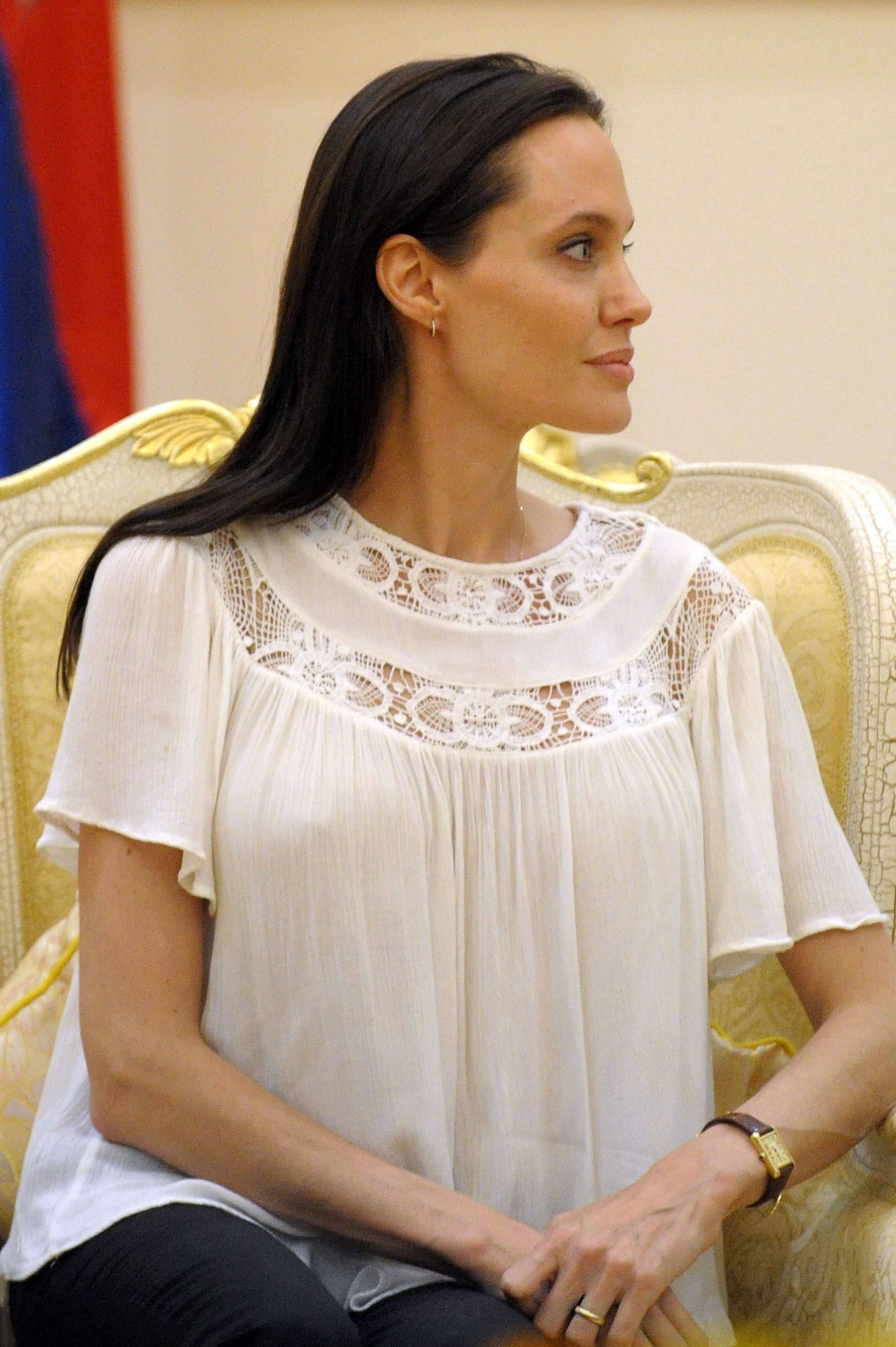 angelina_jolie_listens_to_cambodian