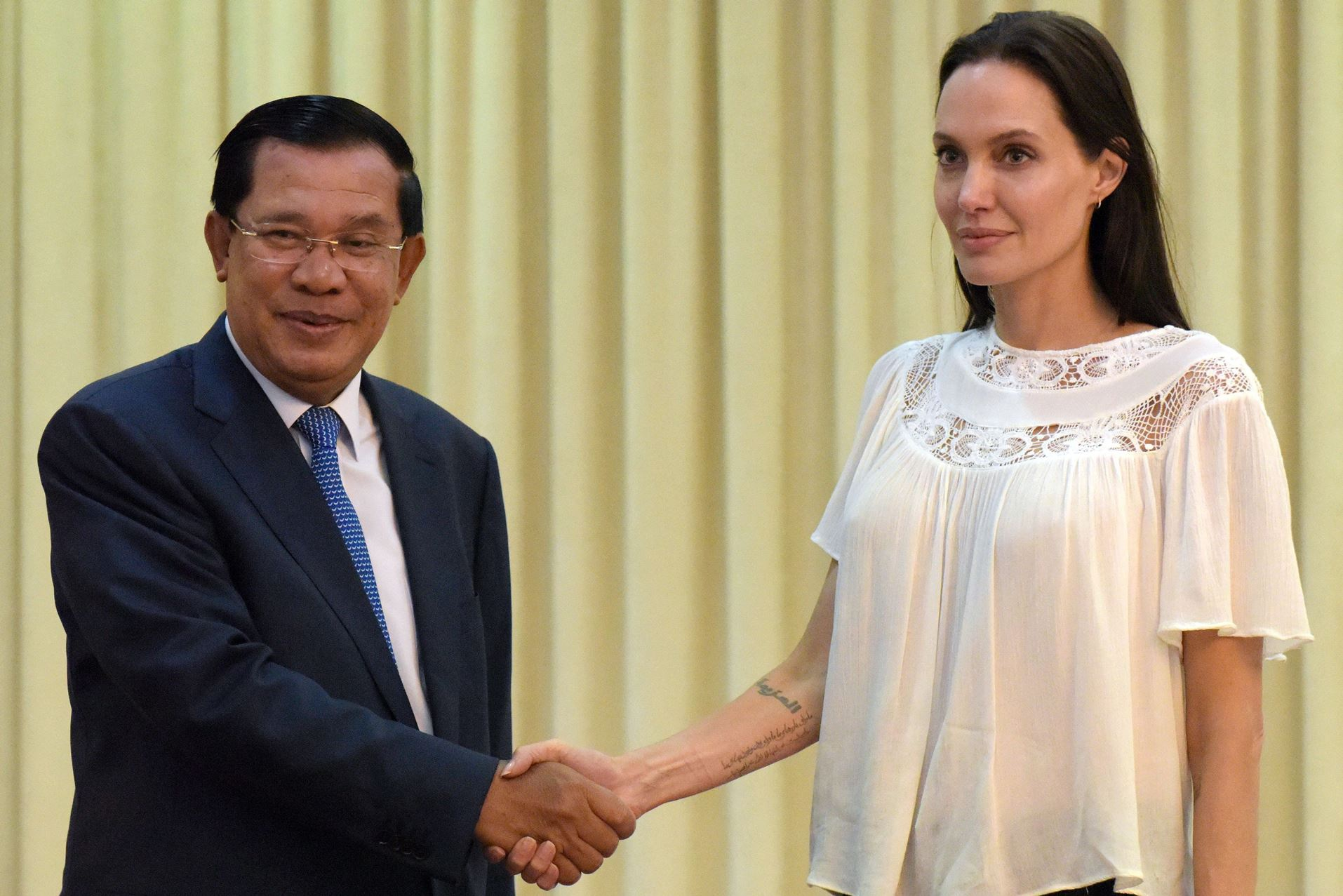 angelina_jolie_listens_to_cambodian_3