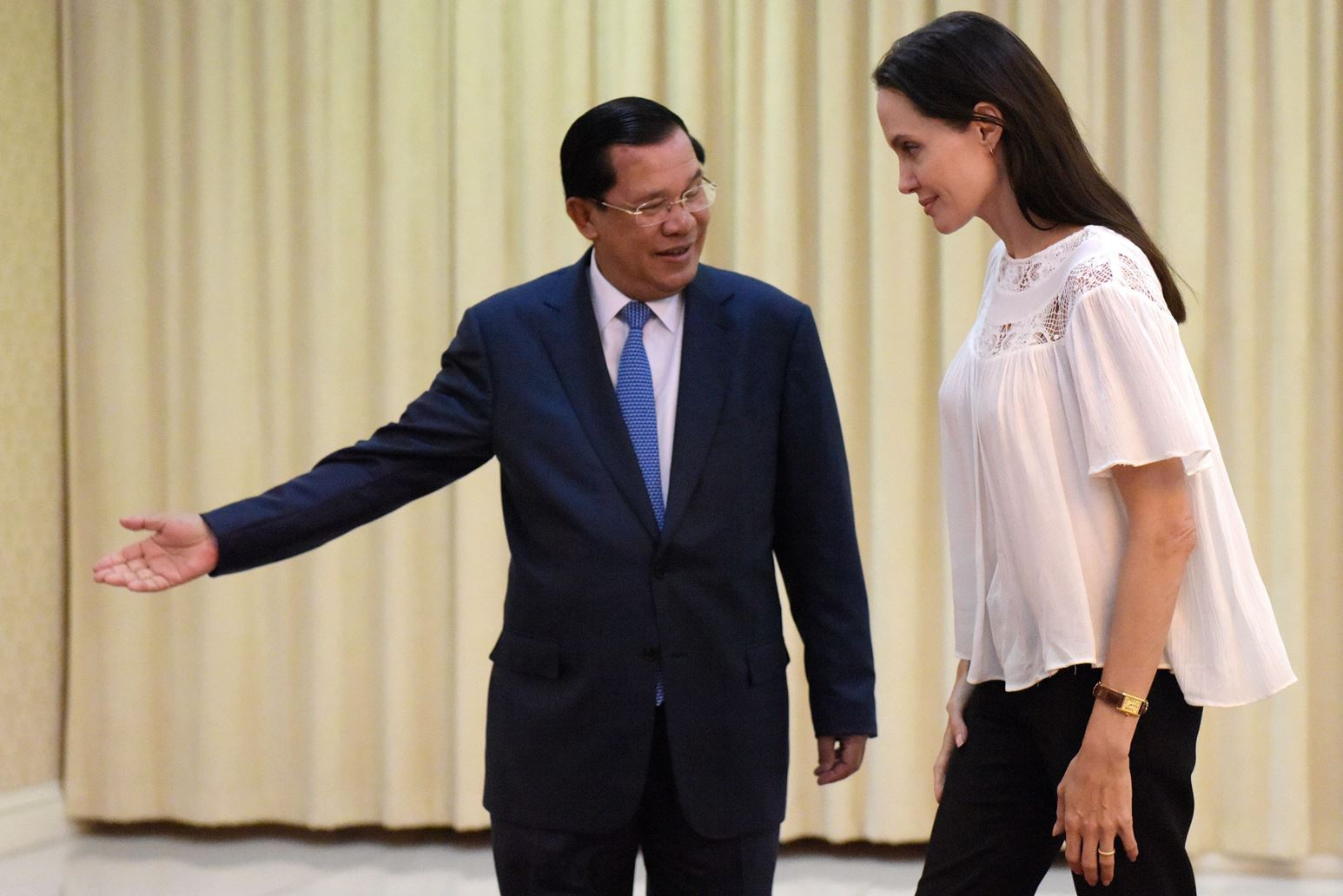 angelina_jolie_listens_to_cambodian_4