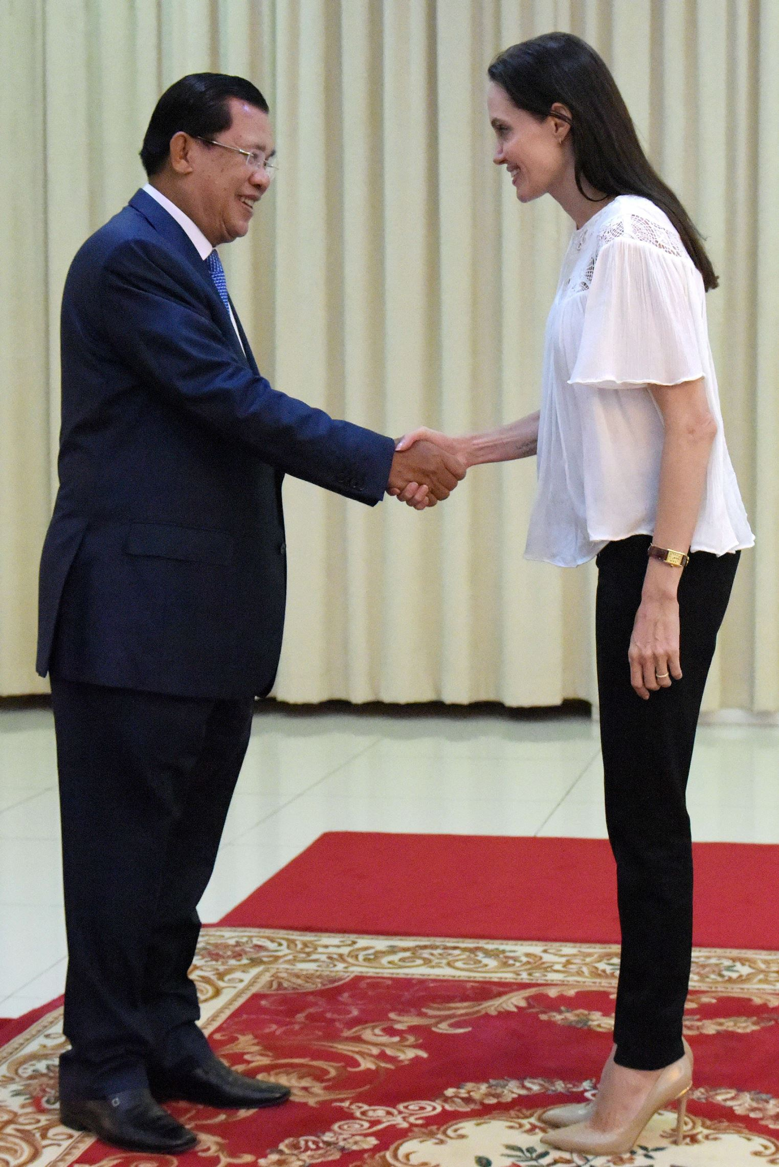 angelina_jolie_listens_to_cambodian_5