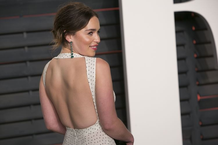 emilia_clarke_poses_as_she_arrive2