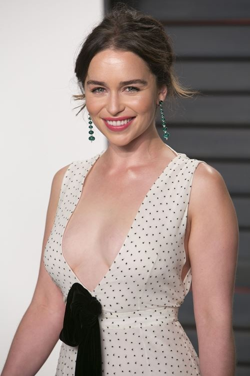 emilia_clarke_poses_as_she_arrive_01