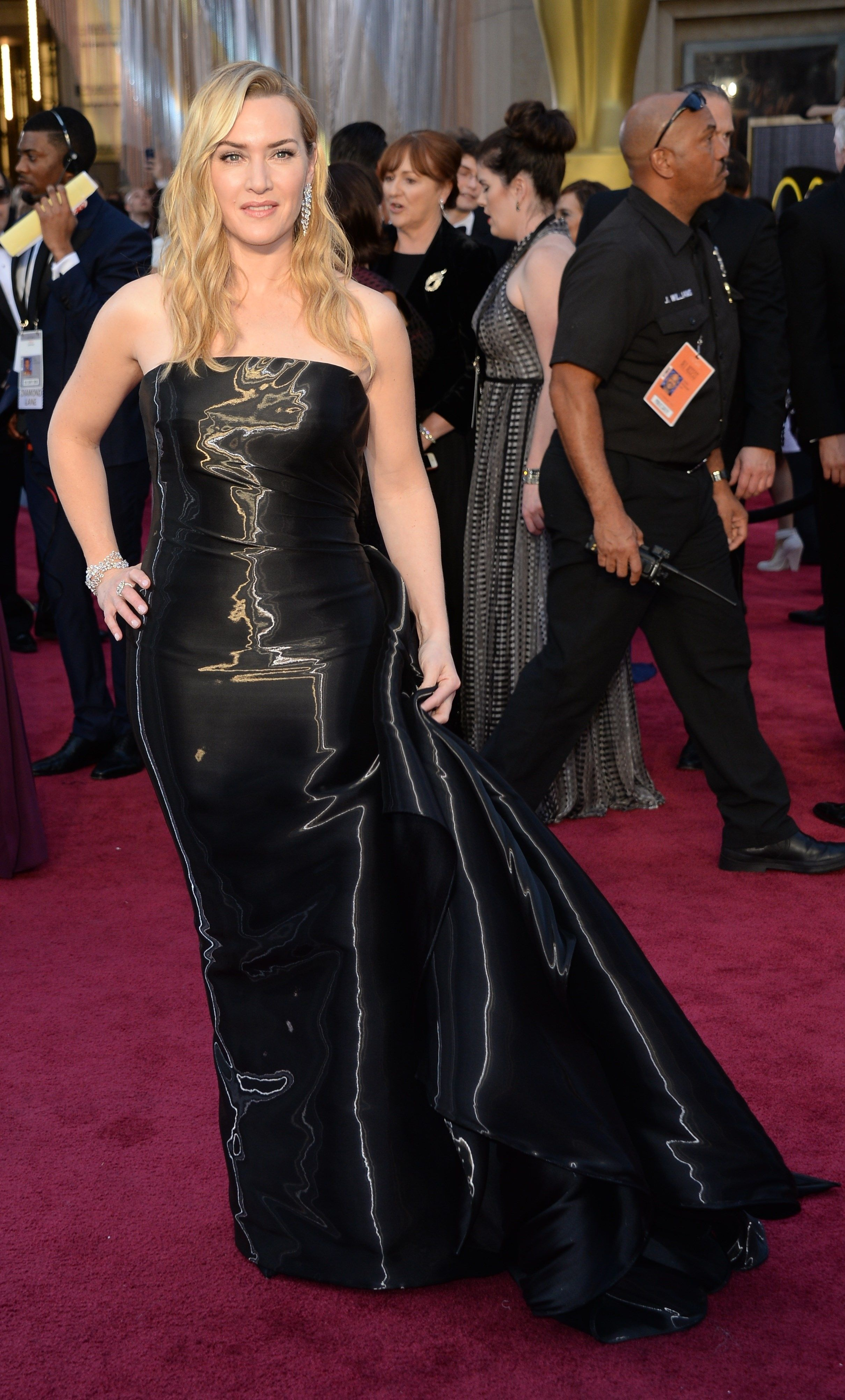 kate_winslet_arrives_on_the_red_carpet_for_the_88th_oscars_on