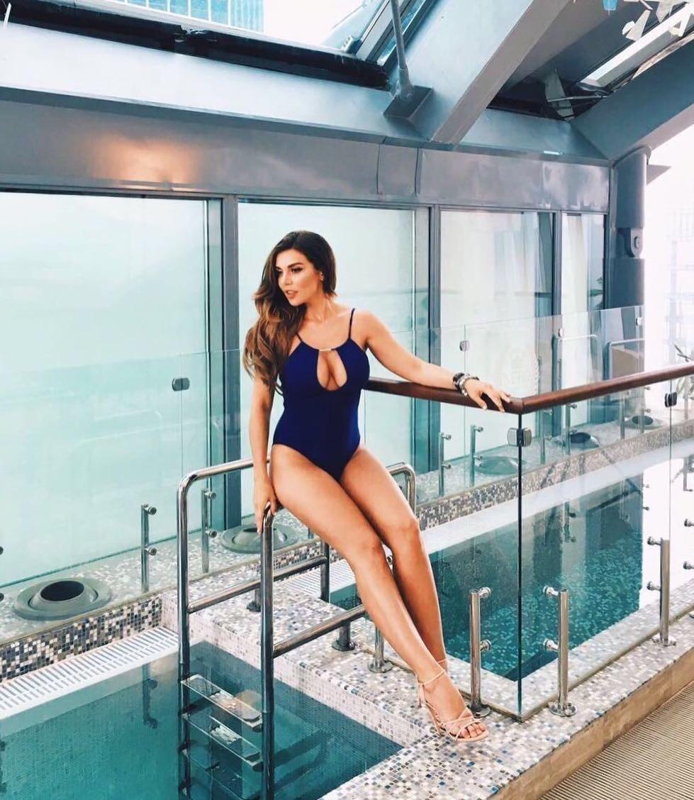 Девушка с обнаженной грудью у бассейна