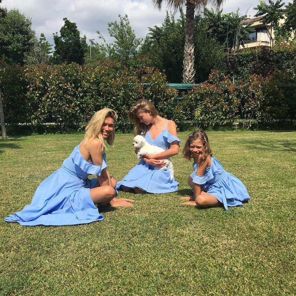 Вера Брежнева выложила в сеть нежное фото с дочерями в одинаковых платьях