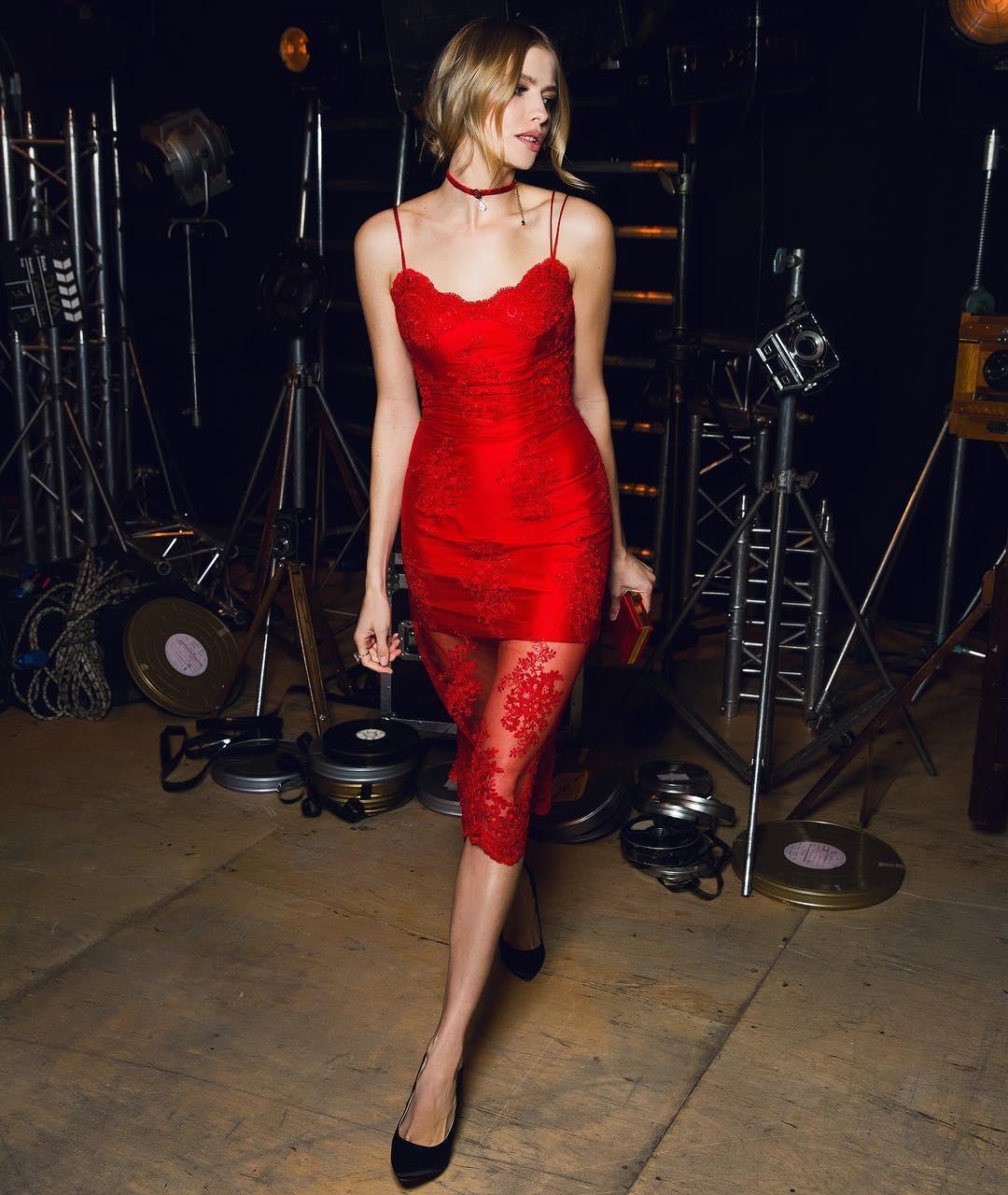 жена в сексуальном платье видео
