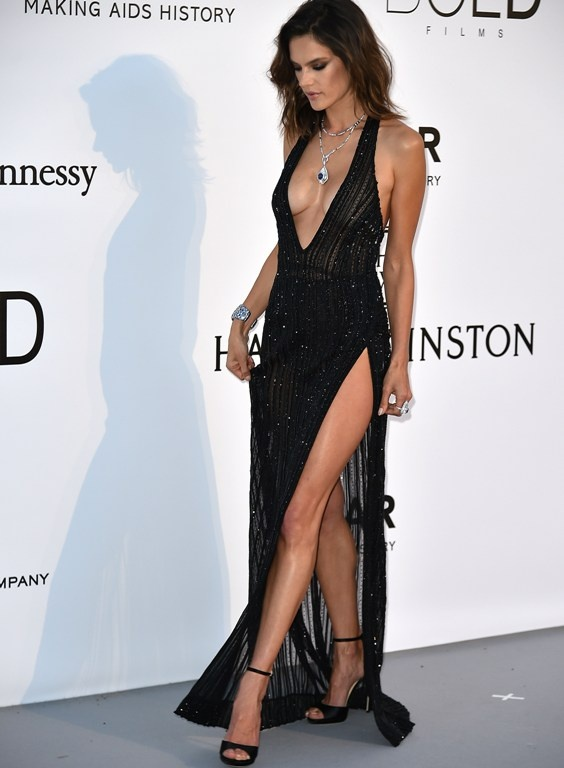 alessandra_ambrosio_poses_as_she_arrives_for_the_amfars_23