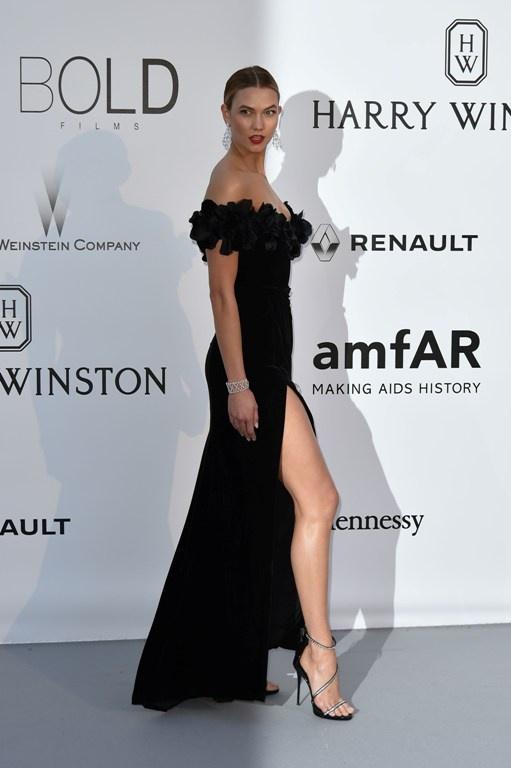 karlie_kloss_poses_as_she_arrives_for_the_amfars_23rd_cinema_against_aid2