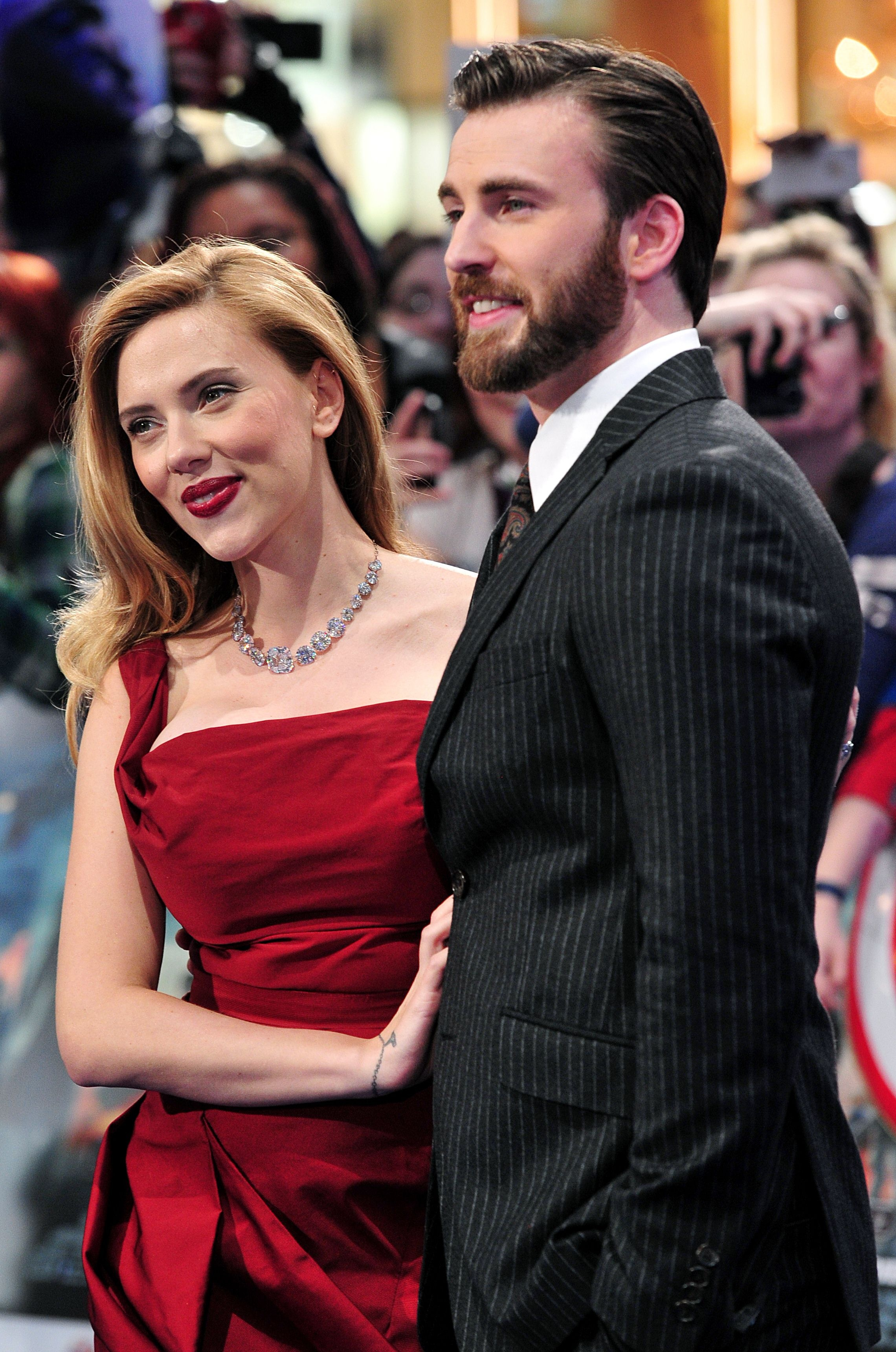 scarlett_johansson_l_and_us_actor_chris_evans_pose_f