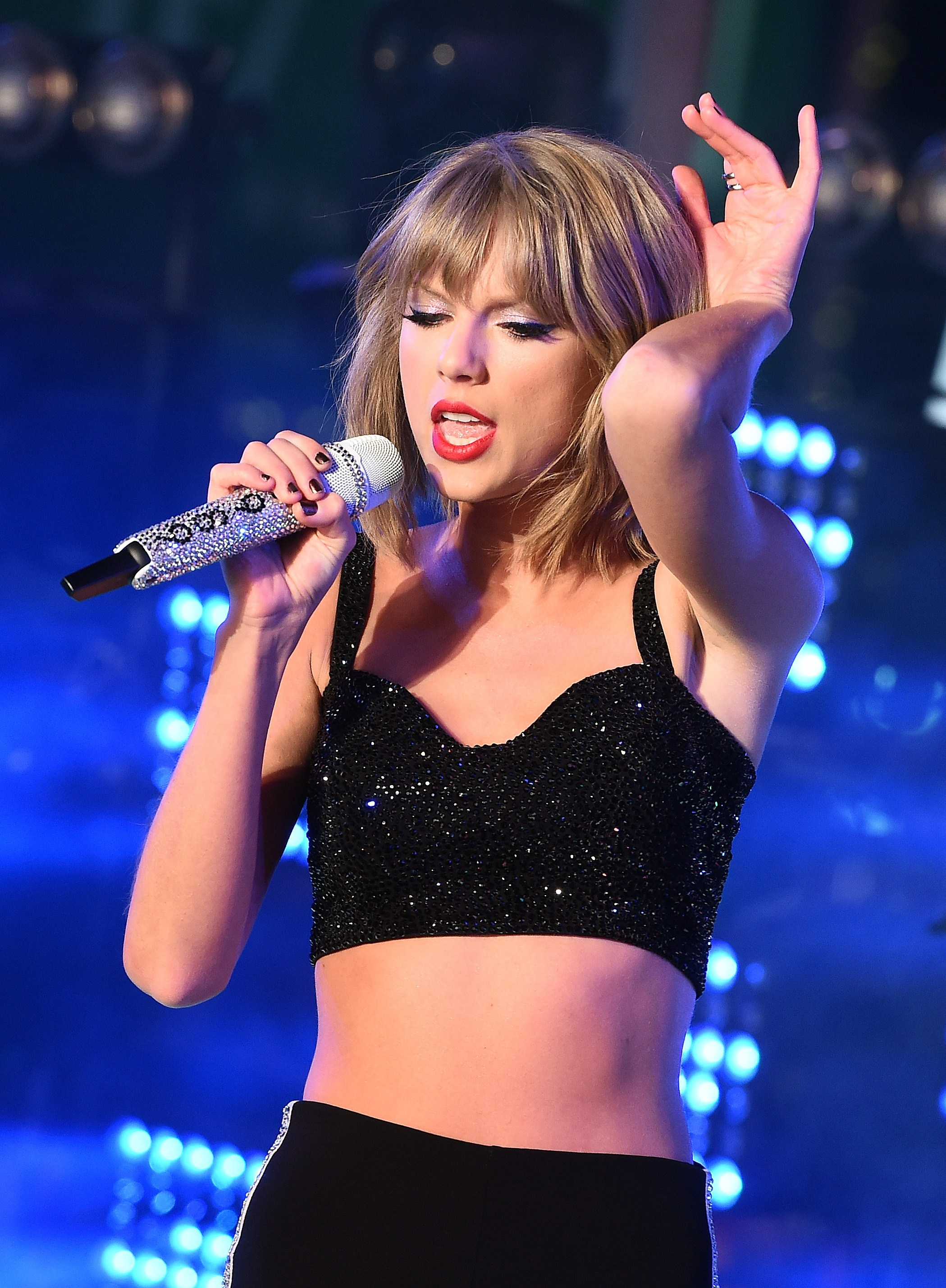 taylor_swift_performs