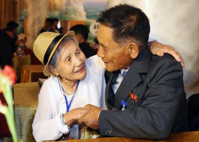 Навстречу разделённых семей вКНДР прибыла первая группа изЮжной Кореи