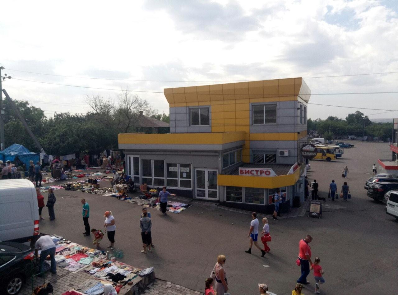 В Енакиево идет торговля с земли под автобусами, фото-1