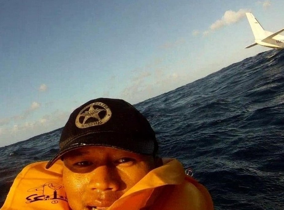 ferdinand-puentes-had-his-gopro-video-camera-rolling-when-a-small-plane-he-was-in-crashed-into-the-ocean-deciding-to-leave-the-camera-rolling-he-flipped-the-device-around-capturing-this-selfie-with-the-sinking-plane-in