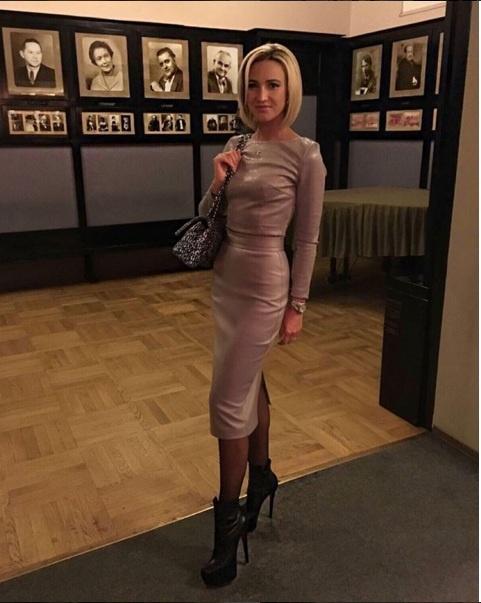 Толстая в обтягивающем платье