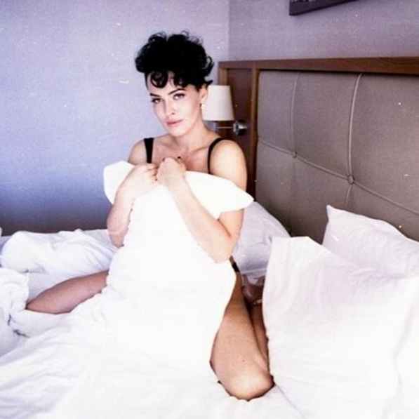 фото астафьевой на кровати перед