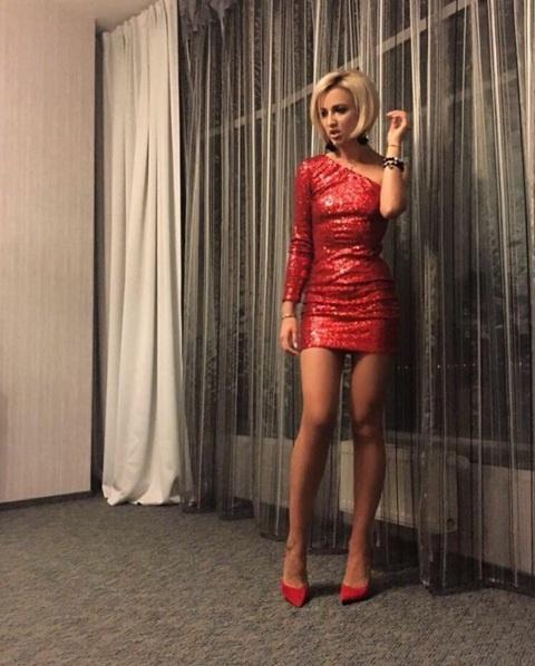 Красивые девушки в красном сексуальном платье фото 420-343