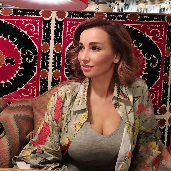 Девушка в шелковой пижаме показала грудь фото 221-168