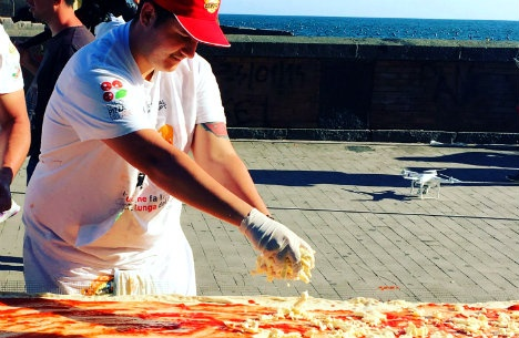 1463648343_pizza_chef_at_it.