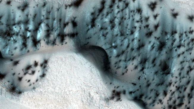 NASA показала выпавший наМарсе снег
