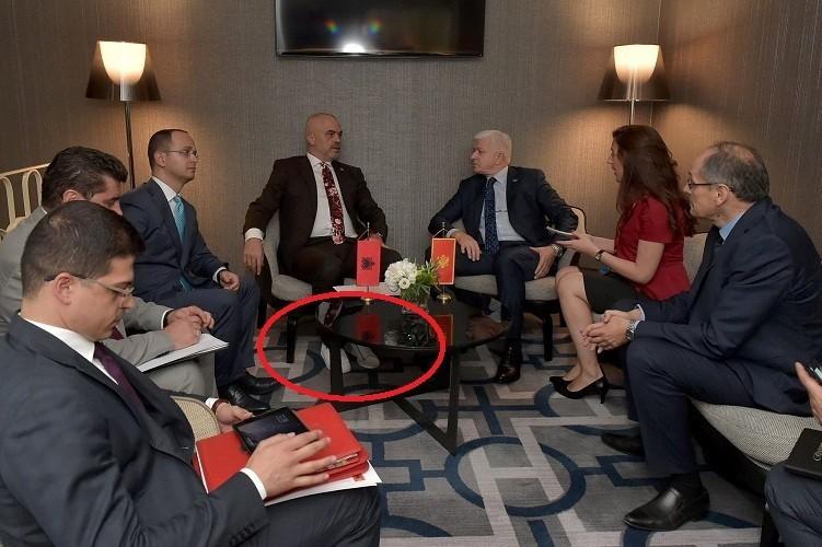 Премьер Албании несфотографировался сПенсом, так как  был обут вкроссовки