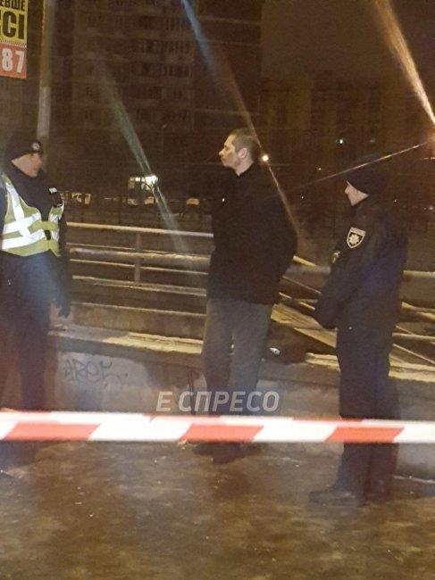 В Киеве мужчина бросил гранату в полицейских: машину прошило осколками, фото-2