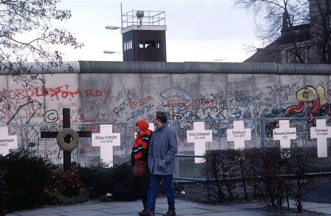 800px-berlinermauer1990
