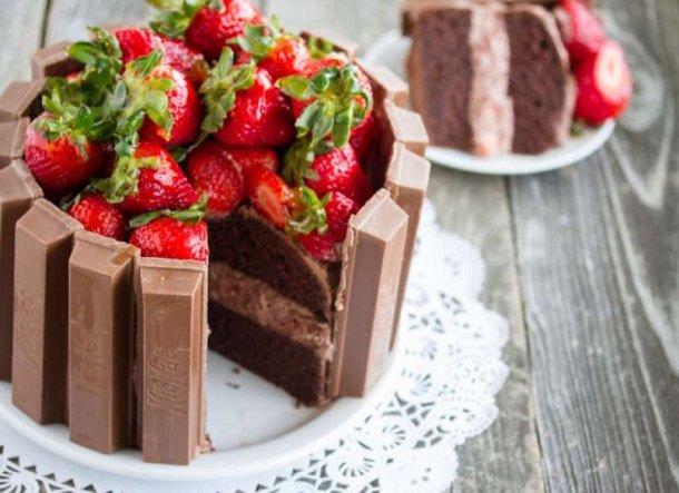 51e3c5f8fb5eed293bb39471376b2b63--kit-kat-cakes-strawberry-cakes