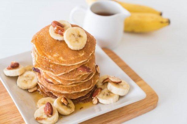 almond-banana-pancake_1339-5285