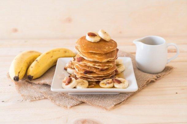 almond-banana-pancake_1339-8346