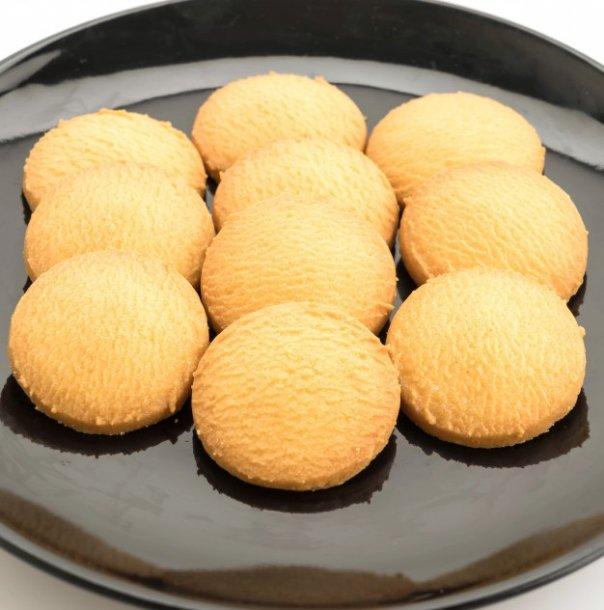 Стаканом или формочкой вырезаем печенье, раскладываем его на противне и запекаем в разогретой духовке до золотистого цвета.