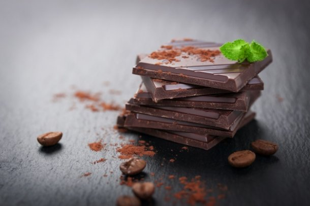 chunks-of-chocolate-with-cocoa-powder_1220-385