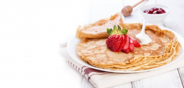 close-up-of-crepes-with-cream-and-strawberries_1220-458