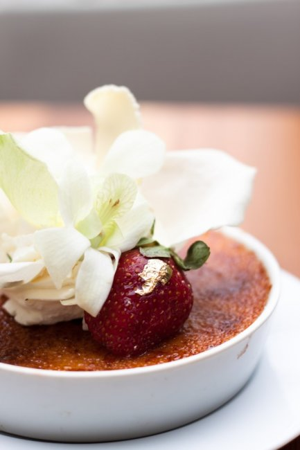 creme-brulee-decorate-with-white-petals-on-white-plate_1428-153_01