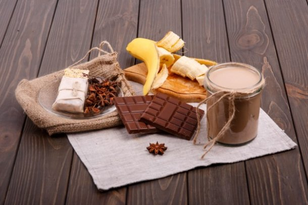 detox-coctail-with-cinnamon-sticks-bananas-and-chocolate-lie-on-the-table_1304-3596